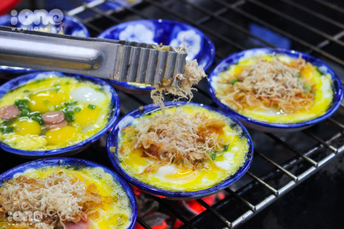 <p> <strong>Trứng chén nướng</strong></p> <p> Trứng chén nướng xuất hiện ở miền Trung và miền Nam đã khá lâu và nay không khó tìm ở Hà Nội. Trứng sẽ được nướng trên một chiếc đĩa nhỏ sâu lòng. Một đĩa trứng chén nướng sẽ có 4 quả trứng cút, hành tươi, nướng một chút thì cho thêm xúc xích. Ngoài ra, còn có một số topping như hành khô, ruốc, phô mai...</p>