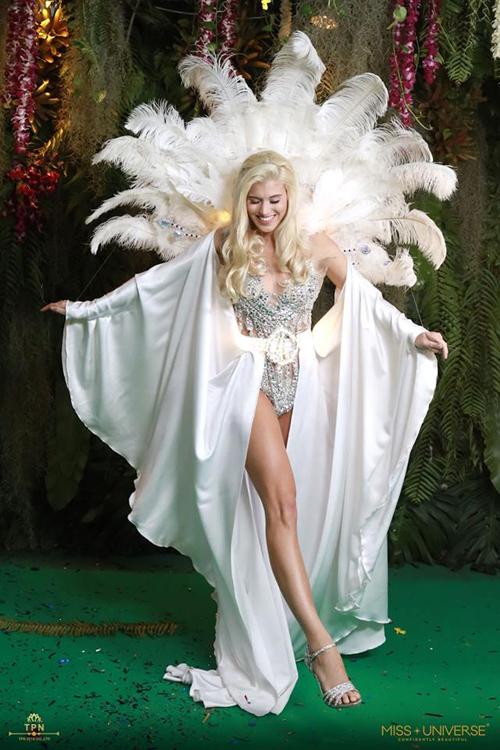 Bộ cánh của thí sinh Đức khiến không ít khán giả liên tưởng đến các thiết kế nội y của Victorias Secret với những chi tiết đính đá lấp lánh và lông vũ sau lưng.