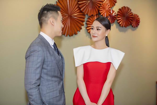 Nam ca sĩ Suy nghĩ trong anh hào hứng xin số điện thoại và tỏ ra ấn tượng với vai diễn của người đẹp trong phim Quỳnh búp bê. Cả hai rôm rả trò chuyện suốt sự kiện.