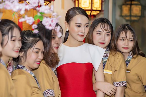 Khi tham gia chương trình, Phương Oanh được các quan khách khen cô xinh như búp bê và đẹp hơn nhiều so với trong phim.