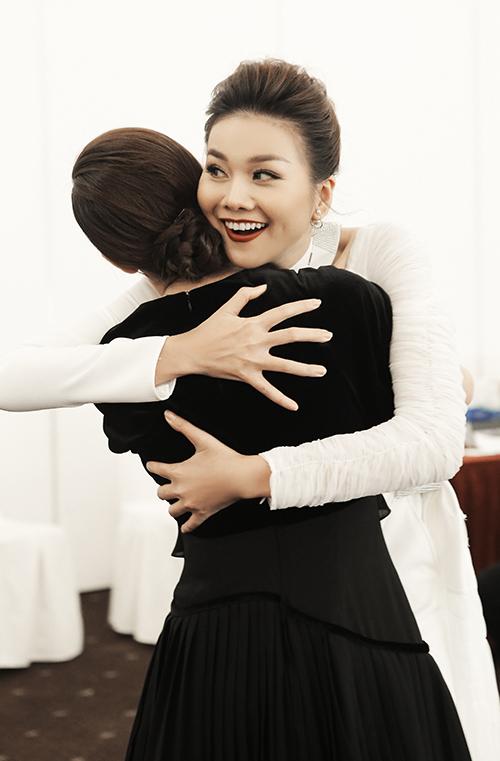 Đến dự sự kiện, Thanh Hằng vội vã vào tận hậu trường để chúc mừng đàn em. Cả hai ôm nhau thân thiết thể hiện tình cảm.