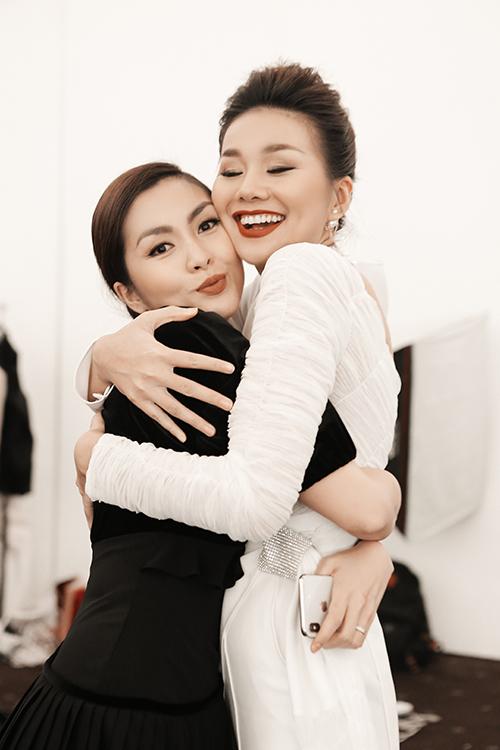 Cả hai có tình bạn đẹp trong showbiz nhiều năm qua. Thanh Hằng không lấy làm bất ngờ về vai trò mới và sự tấn công làng mốt này của nữ diễn viên Vừa đi vừa khóc.