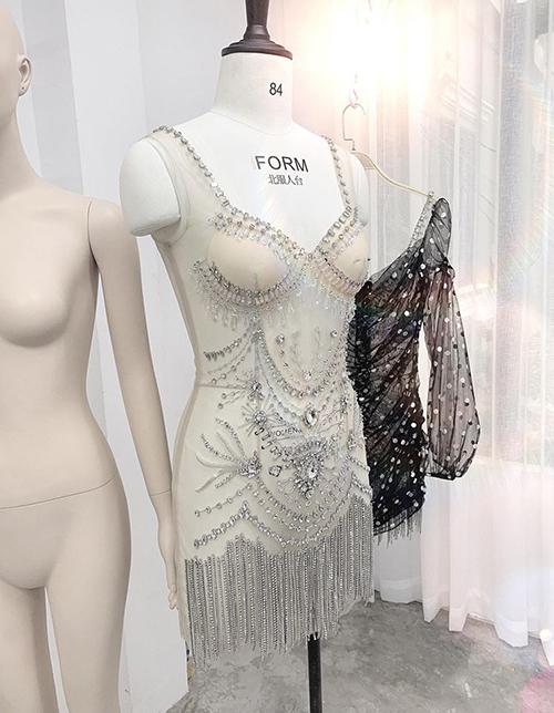 Bộ trang phục này từng khiến Kỳ Duyên bị nghi ngờ là không diện nội y. Thực tế, chiếc váy gồm hai lớp. Phía dưới lớp vải đen mỏng như sương là bộ bodysuit có lót ngực, đính đá lấp lánh nhằm tạo hiệu ứng lung linh, mờ ảo.