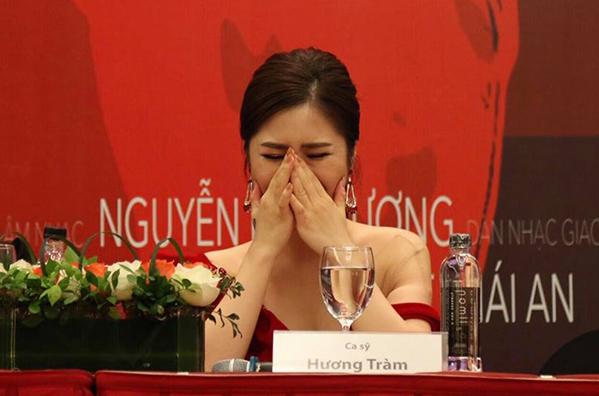 Hương Tràm bật khóc khi nghe những tâm sự của cha.