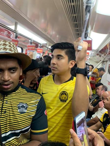 Syed Saddiq đi tàu điện ngầm đến sân vận động.
