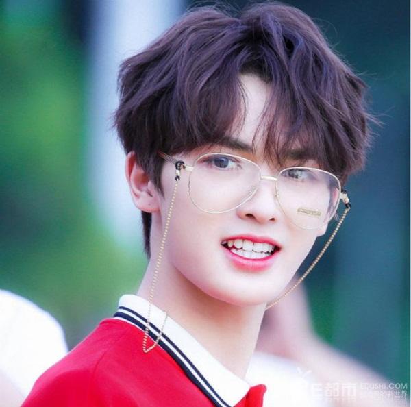 Chu Chính Đình là một trong những cái tên hút fan hàng đầu của nhóm Nine Percent. Anh chàng nổi tiếng từ thời tham gia show Idol Producer nhờ diện mạo mỹ nam và tạo hình trung tính như các idol Kpop.