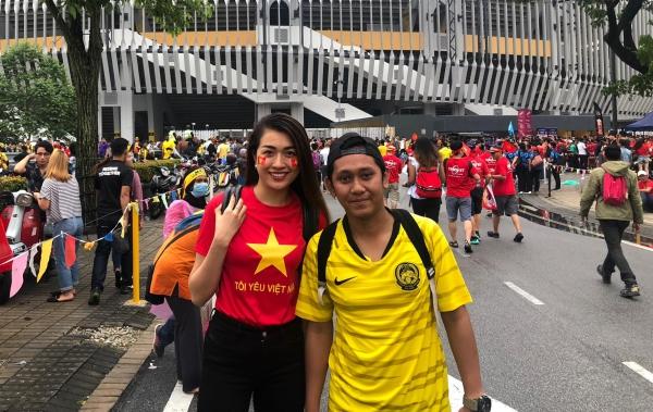 Lệ Hằng và một CĐV của Malaysia.