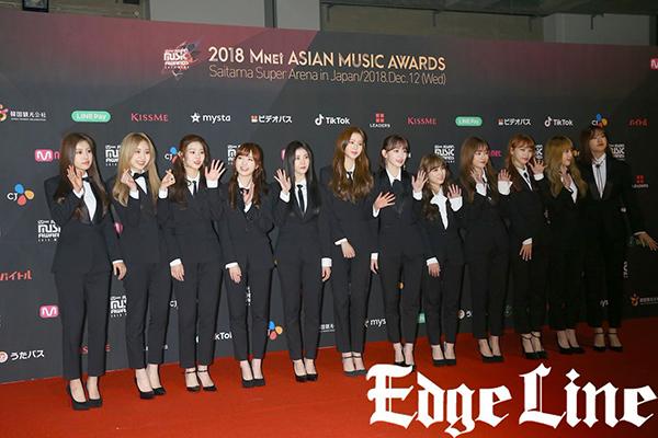 IZONE gây bất ngờ với hình ảnh girlcrush khi mặc vest. Nhóm có 3 thành viên người Nhật nên rất được ưu ái ở sự kiện.