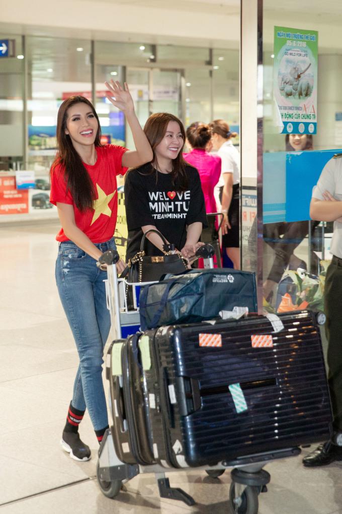 <p> Khoảng 20h, Minh Tú xuất hiện nổi bật với quần jeans và áo phông cờ đỏ sao vàng. Đi cùng cô là Hoa hậu Hải Dương.</p>