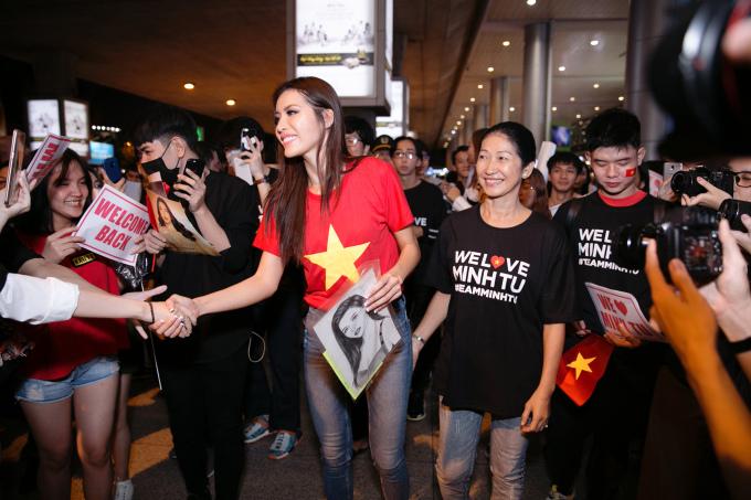 Minh Tú bị fan vây kín khi về nước sau Miss Supranational