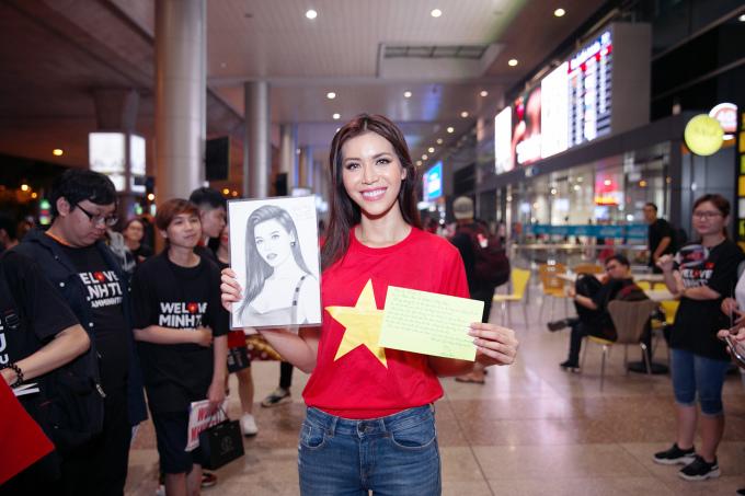 <p> Cô cười tươi, hào hứng khoe bức thư viết tay và ảnh chân dung của mình do một fan ở Đồng Tháp vẽ tặng.</p>