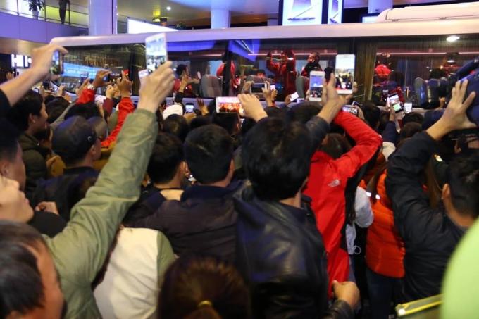 <p> Khi lên xe, fan vẫn dõi theo các chàng trai. Đội tuyển Việt Nam sẽ có hai ngày nghỉ ngơi phục hồi cũng như chuẩn bị cho trận chung kết lượt về diễn ra vào 15/12 trên sân Mỹ Đình.</p>