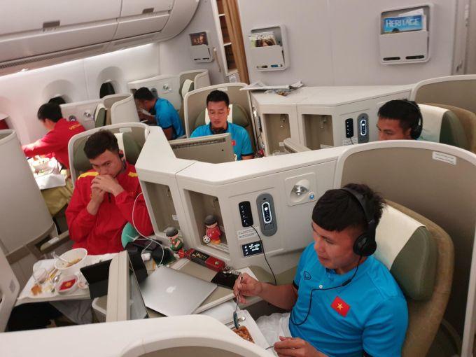 <p> Sau khi làm thủ tục qua cửa hải quan, các cầu thủ được phục vụ trên hãng máy bay thupwng gia với đầy đủ tiện nghi.</p>