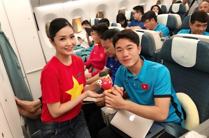 Tuyển Việt Nam được tặng quà kute, 'cày phim' mệt nghỉ khi rời Malaysia