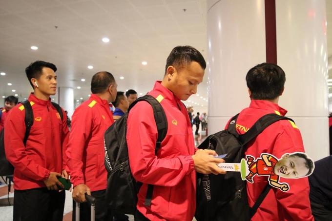 <p> Sau trận chung kết lượt đi ở Malaysia ngày 11/12, tuyển Việt Nam trở về nước vào tối 12/12.Sau hơn ba giờ di chuyển, máy bay đã đáp sân bay quốc tê Nội Bài vào khoảng 22h.</p>