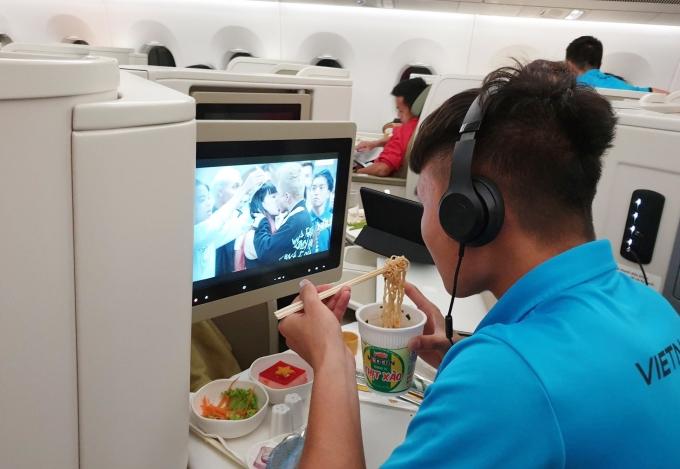 """<p> Quang Hải lựa chọn phim """"Em chưa 18"""" để xem.</p>"""