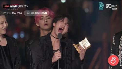 Sau khi được xướng tên ở giải Daesang Icon of the year, anh cả Jin đã hét to ARMY khiến tất cả mọi người không nhịn nổi cười.