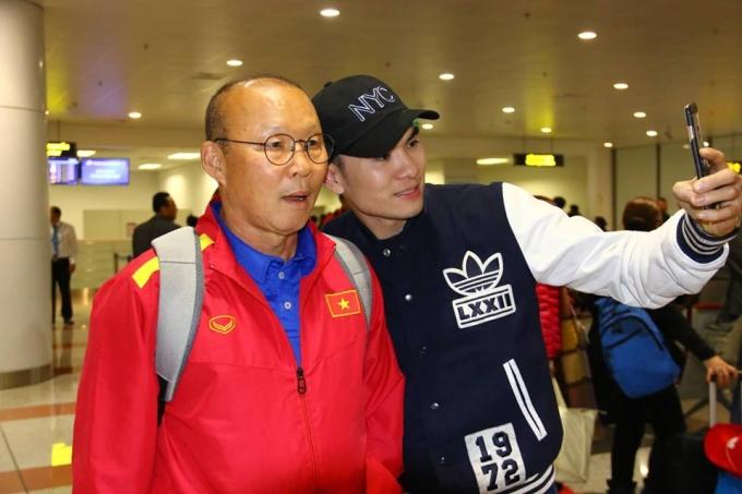 <p> Ngay khi vừa bước ra cửa, thầy trò HLV Park Hang-seo đã bị CĐV tiếp cận xin pose hình.</p>