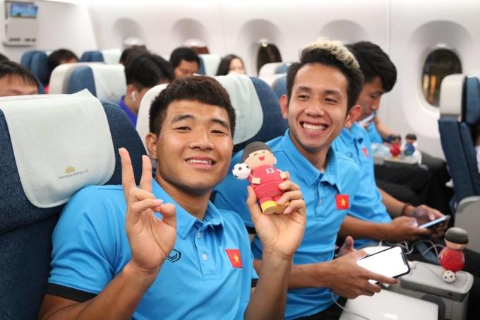 """<p> Đức Chinh và Hồng Duy """"cười tít mắt"""" trên máy bay khi được sắp xếp ngồi cạnh nhau.</p>"""
