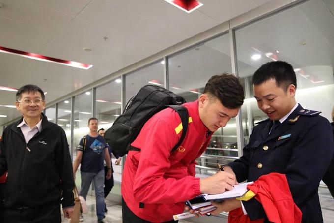 <p> Thủ môn Đặng Văn Lâm cũng rất nhiệt tình với người hâm mộ. Anh đã thi đấu xuất sắc, cản phá nhiều tình huống nguy hiểm của đội Malaysia từ đầu mùa giải.</p>