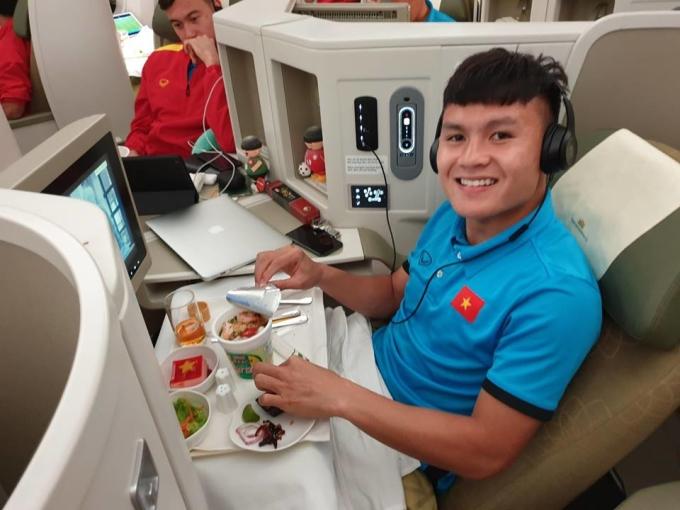 <p> Quang Hải và các đồng đội ăn bữa tối và tranh thủ nghỉ ngơi, thư giãn.</p>