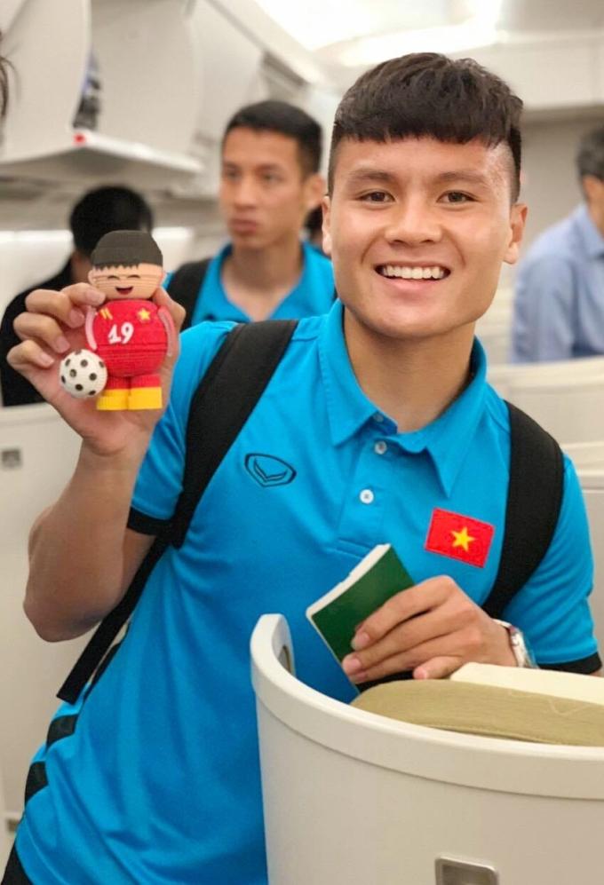 <p> Quang Hải thích thú với món quà kute vừa được tặng.</p>