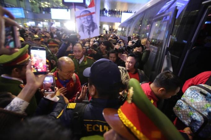 <p> Khi ra xe để di chuyển về khách sạn nghỉ ngơi, tuyển Việt Nam bị hàng trăm người vây quanh hò rèo, xin chụp ảnh. Lực lượng bảo vệ đội tuyển cũng phải làm việc mệt nghỉ.</p>