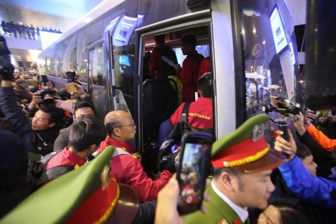 """<p> Cảnh tượng có phần """"náo loạn"""" ở sân bay Nội Bài tối qua.</p>"""