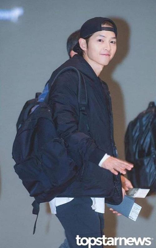 Sau Park Bo Gum thì Song Joong Ki là khách mời, MC của lễ trao giải MAMA tối ngày 14/12. Nam diễn viên vẫn giữ kiểu tóc xù bà thím bất chấp ý kiến chê bai.