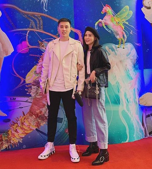 Cũng có lúc Kiên Hoàng và Heo Mi Nhon rủ nhau diện đồ cực ngầu. Cùng chọn áo da nên dù cách mặc khác nhau nhưng cả hai vẫn rất hòa hợp.
