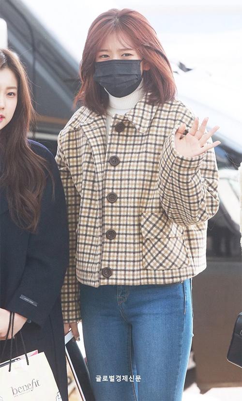 Ah Y Jin còn khá mệt mỏi khi liên tục ra sân bay. Nữ ca sĩ khoe phong cách sành điệu với áo khoác kẻ caro.