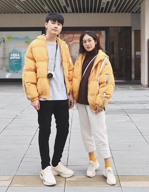 Khi ra phố và trong những chuyến du lịch, Trang Lou và Tùng Sơn thường diện đồ giống hệt nhau. Đó là những chiếc áo khoác kiểu dáng hiện đại, giày thể thao gọn gàng.