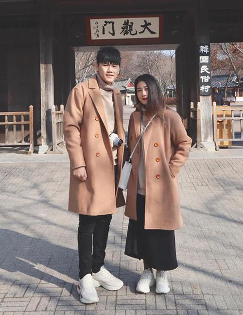 Màu sắc giống hệt nhau từ đầu đến chân là cách để hot couple Hà thành khẳng định là một cặp.