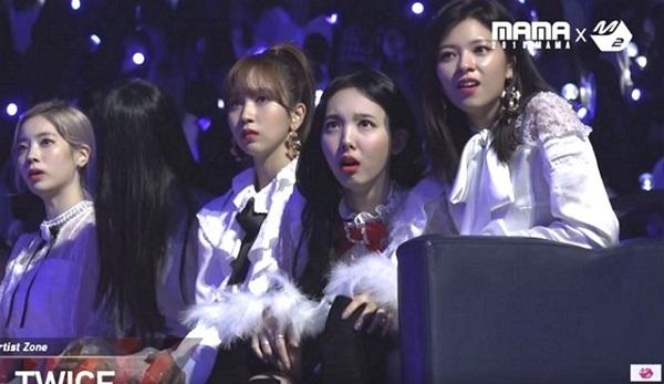 Na Yeon có biểu cảm đặc sắc khi xem BTS biểu diễn.