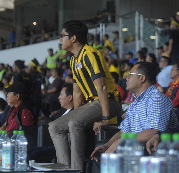 Bộ trưởng Thanh niên và Thể thao Malaysia Syed Saddiq mặc áo tuyển thi đấu ra sân cổ vũ tuyển nhà.