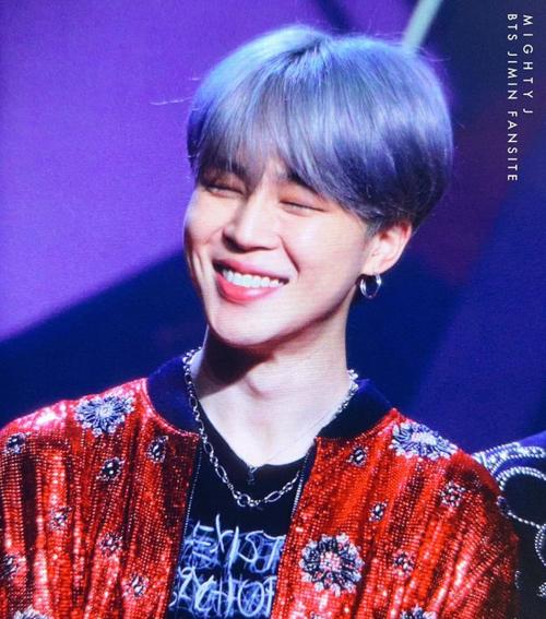 Ji Min khoe nụ cười rạng rỡ trên thảm đỏ. Nam ca sĩ có hình ảnh ngoài đời cực cute, khác với vẻ lạnh lùng trên sân khấu.