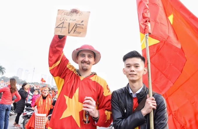 <p> Một CĐV nước ngoài mặc nguyên cây đồ cờ đỏ sao vàng hòa vào dòng người Việt Nam.</p>