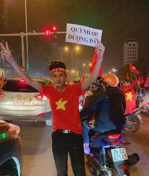 Chàng trai hot nhất trận bão tối qua chính là Lê Văn Thắng với khẩu hiệu không lẫn vào đâu được.