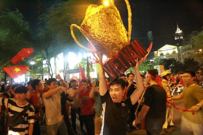 """<p> Trên nhiều tuyến phố, những tiếng reo hò vẫn âm vang. Họ tiếp tục hô vang """"Việt Nam vô địch"""", giương cao cúp để ăn mừng cho chiến thắng đội nhà vừa giành được.</p>"""