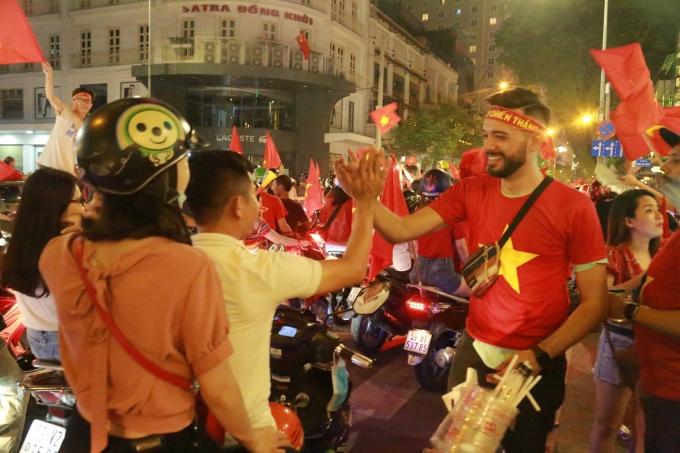 <p> Dòng người hòa vào nhau, bắt tay chúc mừng cho một chiến thắng được chờ đợi suốt 10 năm.</p>