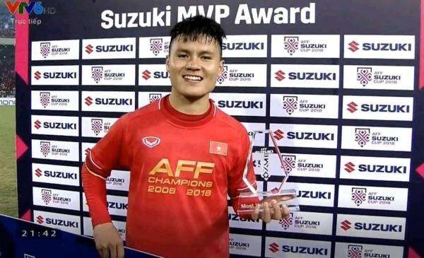 Quang Hải nhận giải Cầu thủ xuất sắc nhất AFF Cup 208.