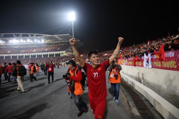Đình Trọng ăn mừng sau trận đấu đưa Việt Nam vô địch.