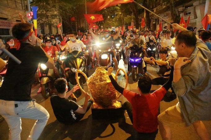 """<p> Sài Gòn có một đêm """"không ngủ"""" khi đã 12h đêm dòng người xuống đường ăn mừng Việt Nam vô địch AFF Cup vẫn đông.</p>"""