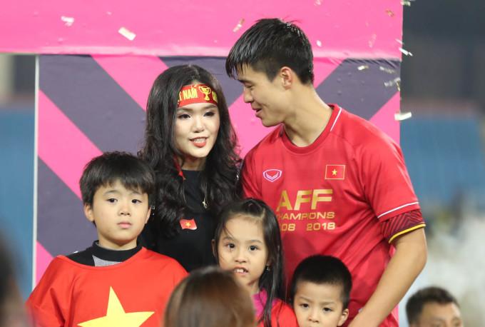 <p> Trong thời khắc vinh danh, ăn mừng chiến thắng, Quỳnh Anh đã có mặt bên bạn trai Duy Mạnh. Cả hai dành cho nhau những cử chỉ âu yếm, ngọt ngào.Cô gái 22 tuổi là em vợ tiền vệ Văn Quyết, con gái thứ hai của ông Nguyễn Giang Đông - Chủ tịch CLB Sài Gòn FC.</p>