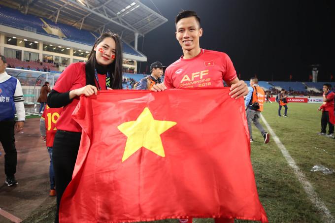<p> Hoa khôi Đại học Vinh - Dương Thị Thuỳ Phương - giương cao lá cờ tổ quốc, ăn mừng chiến thắng cùng chồng - cầu thủ Quế Ngọc Hải.</p>