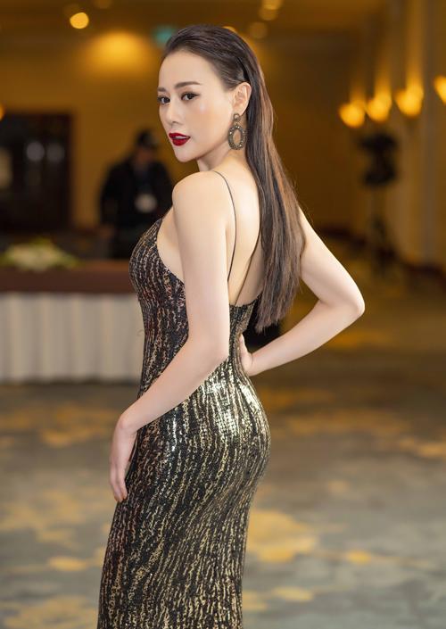 13h chiều, sau khi trang điểm, Phương Oanh mặc một bộ váy hai dây bó sát đính sequin của thương hiệu Xita để tham dự Lễ khai mạc Liên hoan phim Việt Nam - Hàn Quốc tại rạp CGV Nguyễn Chí Thanh (Hà Nội). Đây là sự kiện do Đại sứ quán Hàn Quốc tại Việt Nam tổ chức.