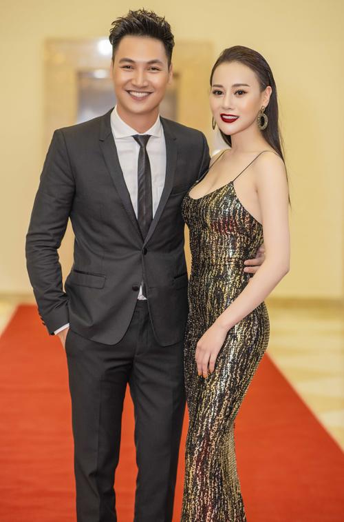 Cô còn tình tứ chụp ảnh cùng diễn viên Mạnh Trường. Cả hai trở thành anh em gần gũi trong cuộc sống sau bộ phim Ngược chiều nước mắt phát sóng năm ngoái.