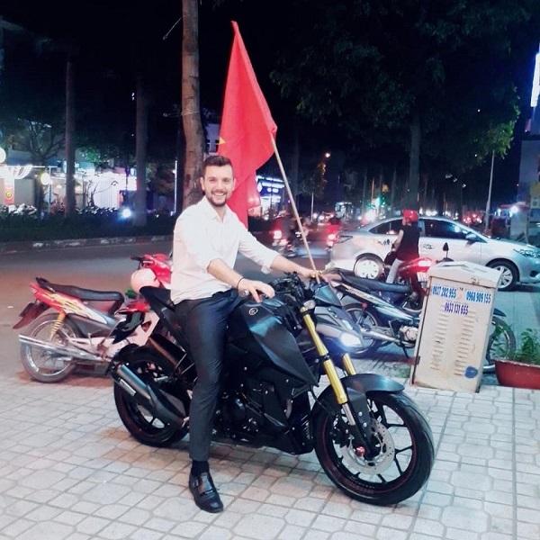 Một trong những nam thần để lại ấn tượng nhiều nhất trong lòng chị em mùa AFF cup này chính là hình ảnh trai đẹp ngoại quốc lái mô-tô khủng cầm lá cờ Tổ quốc Việt Nam để ăn mừng chiến thắng của tuyển bóng đá Việt Nam. Được biết, soái Tây này tên là Konstantinos Sylligardos, sinh năm 1985, đến từ Hy Lạp, hiện đang sinh sống và làm việc tại thành phố Hồ Chí Minh.
