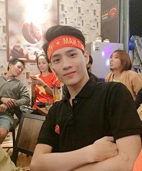 Chàng trai có gương mặt baby này cũng khiến nhiều cô nàng phải xin chết khi xuất hiện trong đêm bão tối qua. Đó là bạn Nguyễn Ngọc Duy Phương, hiện là học sinh trường THPT Bình Sơn, Quảng Ngãi.