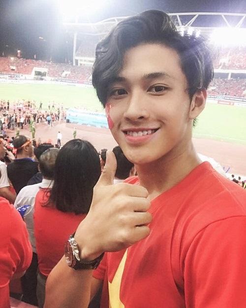 Nguyễn Tuấn Anh, hiện là học sinh của trường THPT Văn Hiến - Hà Nội được các chị em ráo riết săn lùng thông tin cá nhân sau khi để lộ hình ảnh đi cổ vũ bóng đá tại SVĐ Mỹ Đình vào trận bán kết tối 6/12 vừa qua.